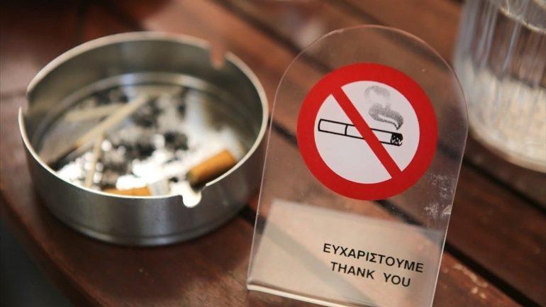 Έπεσε το πρώτο πρόστιμο για τσιγάρο και στη Λαμία – Προηγήθηκε τηλεφωνική καταγγελία