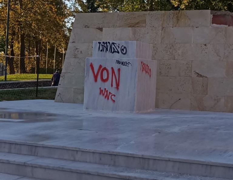 Ξάνθη: Βανδάλισαν το υπό κατασκευή άγαλμα του Καραμανλή