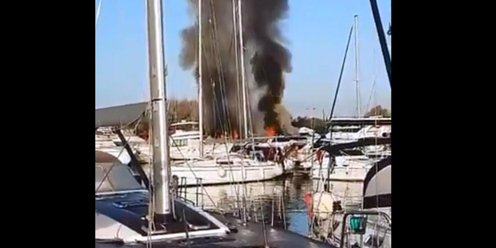 Στις φλόγες δύο σκάφη στη μαρίνα Γλυφάδας – Δείτε βίντεο από το σημείο