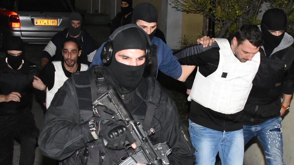 Στον εισαγγελέα οι τρομοκράτες – Δείτε το βίντεο με τη μεταγωγή