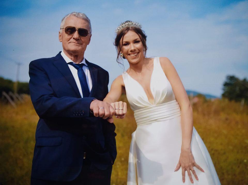 74χρονος χωρίζει την 21χρονη σύζυγό του γιατί την έπιασε να φιλιέται με 60χρονο! [pics]
