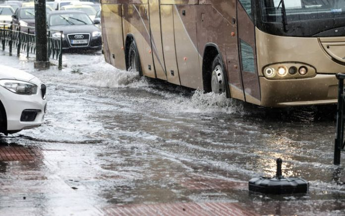"""Δύσκολη νύχτα στην Ιεράπετρα – """"Βούλιαξε"""" η πόλη από την έντονη βροχόπτωση"""