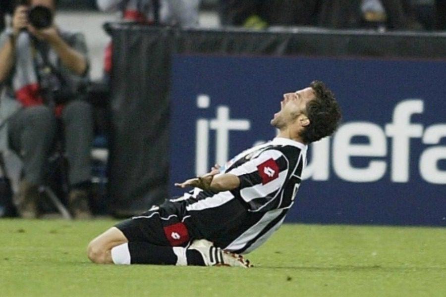 Η ζωή του ποδοσφαιριστή που έκανε τους πάντες να τον χειροκροτούν