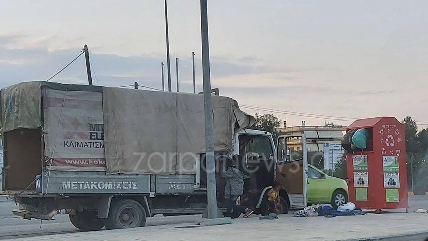 Έχουμε ξεφύγει στα Χανιά! Σκαρφαλώνουν στους κόκκινους κάδους για να κλέψουν τα ρούχα | Photos