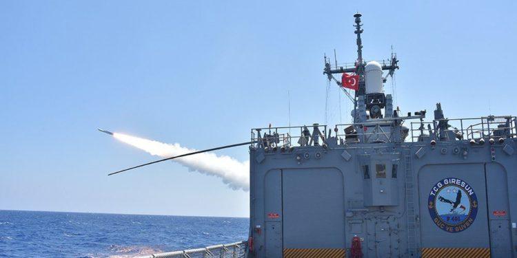 ΝΑΤΟ: Μία τουρκική φρεγάτα ανάμεσα σε πολεμικά πλοία στο λιμάνι του Πειραιά [vid]