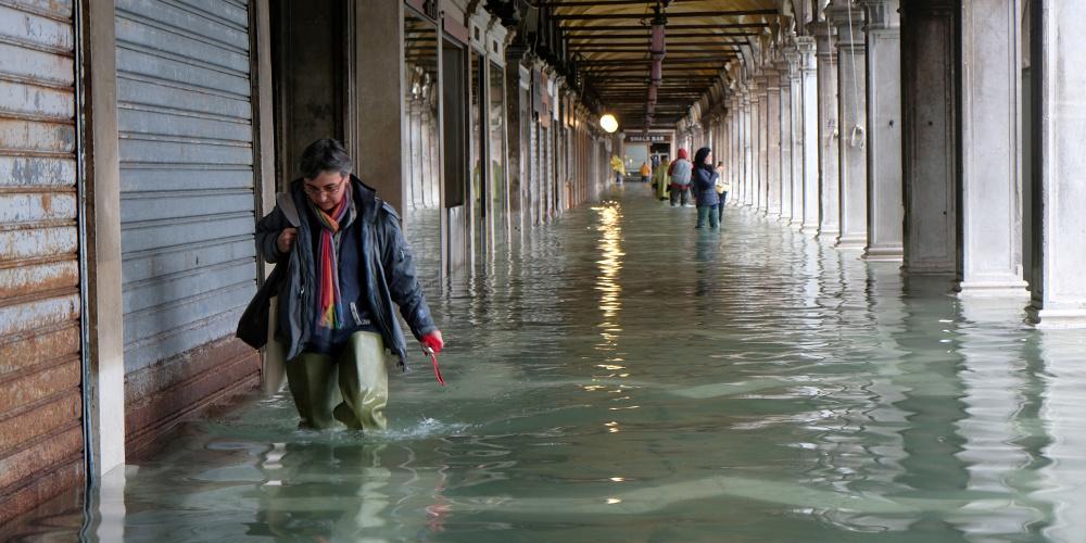 Σφοδρό κύμα κακοκαιρίας πλήττει την Ιταλία – Η Βενετία κάτω από το νερό