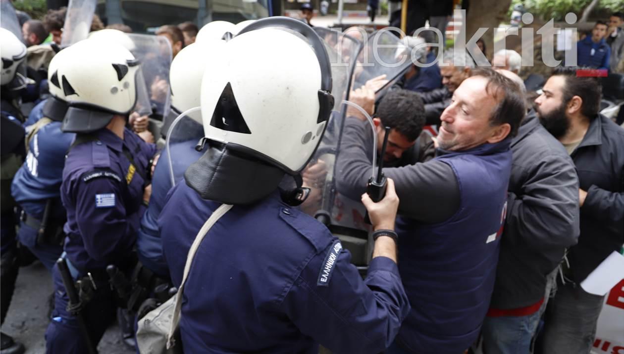Aστυνομικoί χτύπησαν αγρότες – Χημικά και ένταση λόγω συνάντησης με το Βορίδη