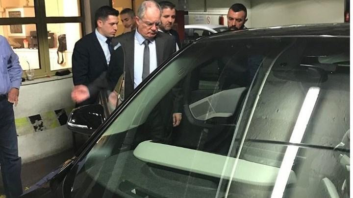 Στην… πρίζα μπαίνουν οι βουλευτές: Παρουσιάστηκαν τα νέα ηλεκτρικά αυτοκίνητα