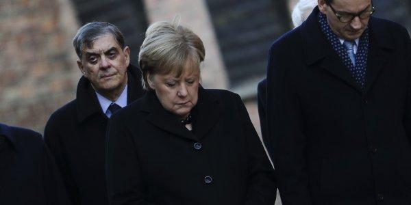 Προκαλεί ανησυχία ξανά η Μέρκελ – Παραπάτησε και στην επίσκεψη στο Άουσβιτς (vid)