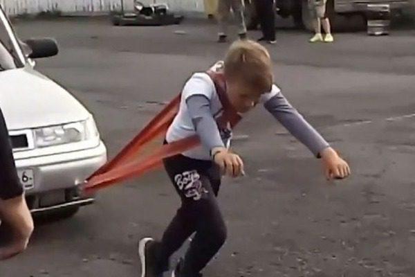 Απίστευτο βίντεο: 11χρονος τραβάει αυτοκίνητα και κάνει άρσεις θανάτου