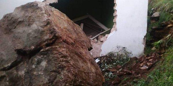 Αρτα: Αποκολλήθηκε βράχος και κατέστρεψε σπίτι (pics)
