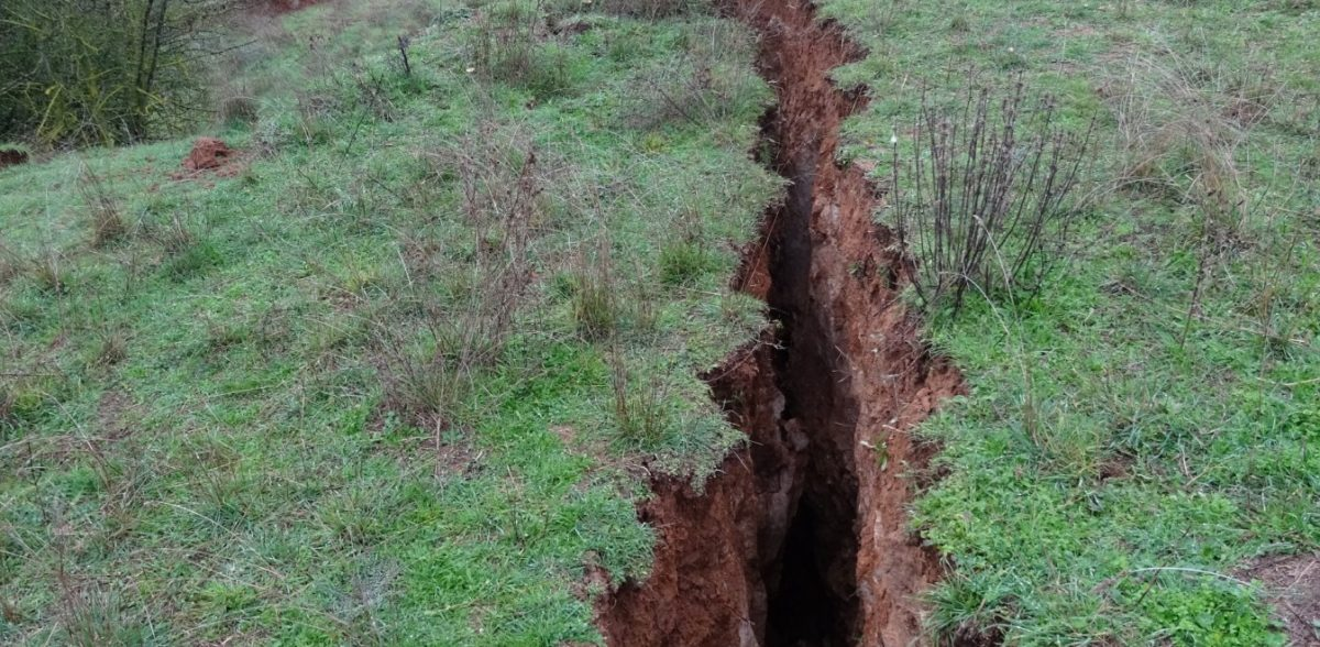 Άνοιξε η…γη στην Ελασσόνα – Ρήγμα 3 χιλιομέτρων και βάθους 3 μέτρων (pics)