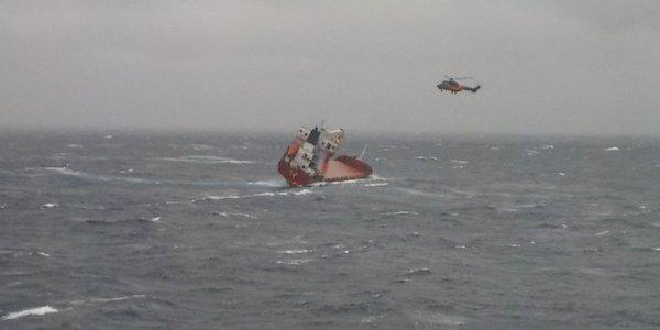 Ακυβέρνητο πλοίο – Σκύρος: Εντυπωσιακό βίντεο από τη διάσωση των ναυτικών (vid)