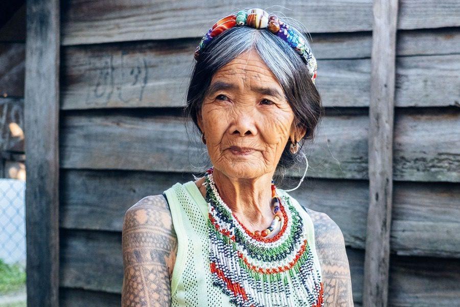 Η γηραιότερη tattoo artist είναι 104 ετών και τα σπάει