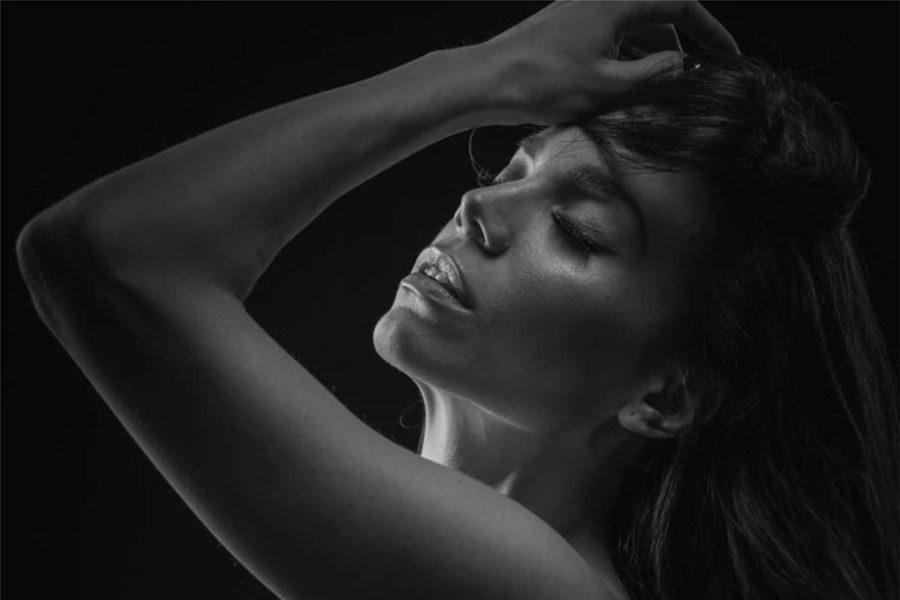 Η τραγουδίστρια Κρυσταλλία ποζάρει γuμνή στον φακό του Σπύρου Χατζηαγγελάκη