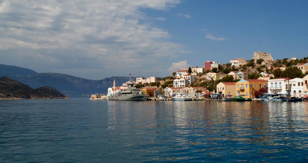 Στην ελληνική πλευρά οι Τούρκοι που έβαψαν τη σημαία – Δύο πρόσωπα στο κάδρο (vid)
