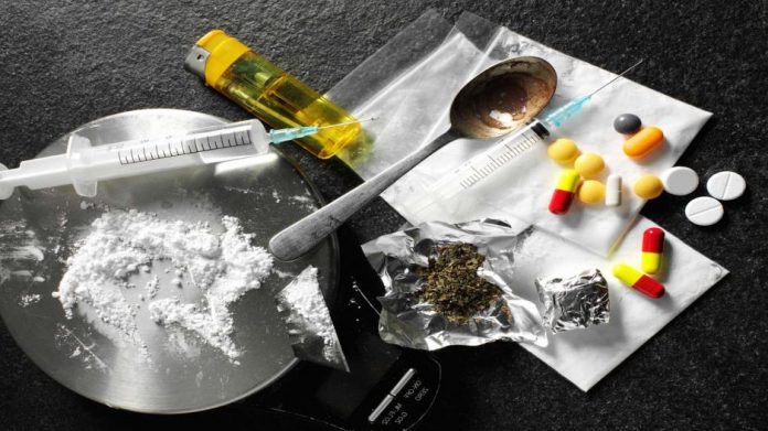 Νεαρή προσπάθησε να πασάρει ναρκωτικά στο φίλο της μέσα στην… δικαστική αίθουσα