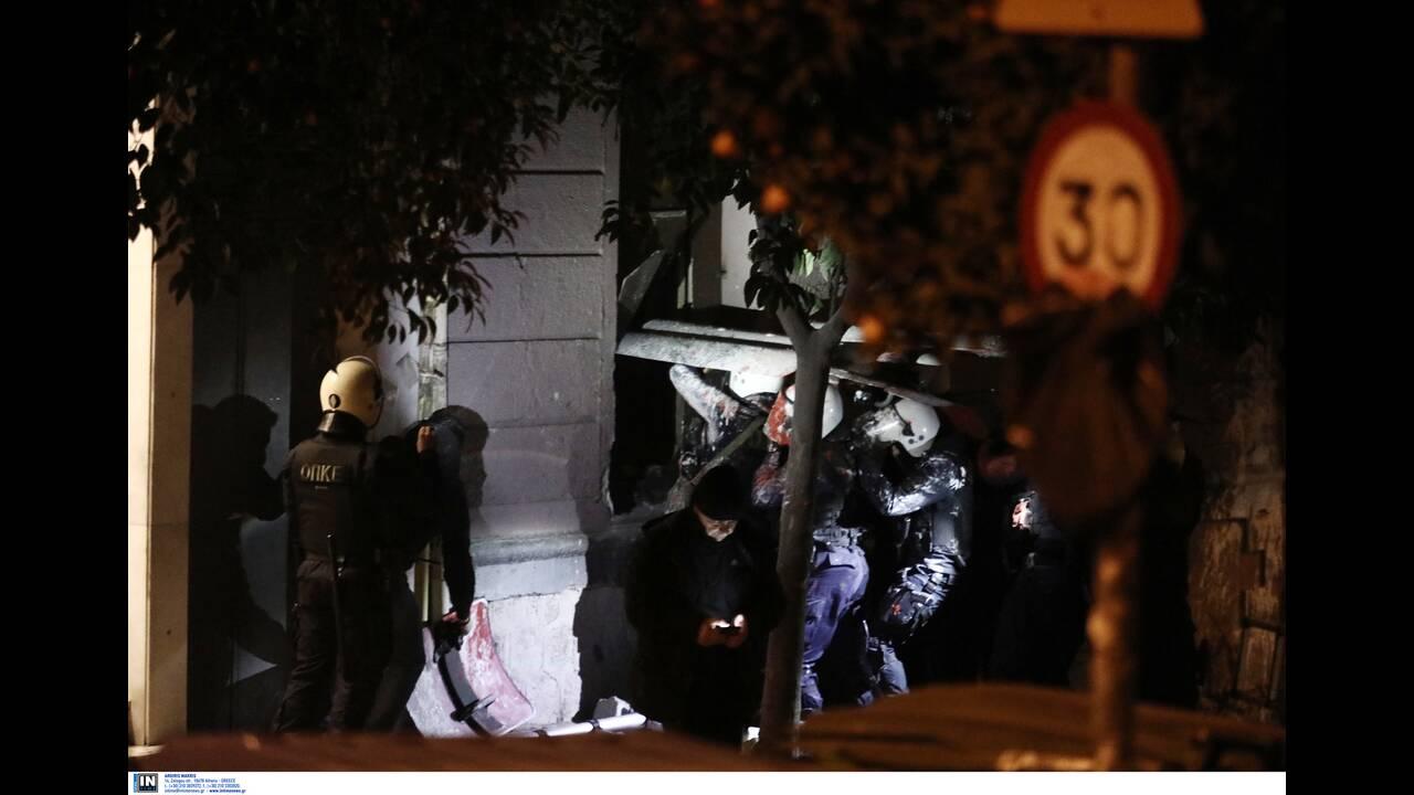 Καρέ-καρέ η αστυνομική επιχείρηση στην κατάληψη της οδού Ματρόζου