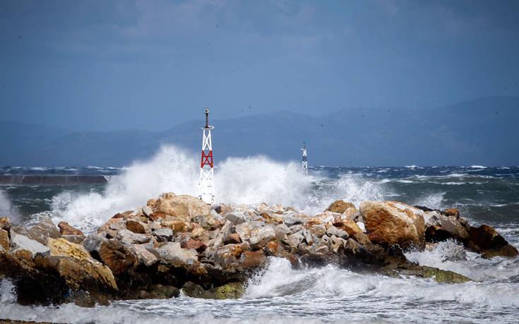 """Στα 11 μποφόρ οι άνεμοι στο Αιγαίο – """"Δεμένα"""" τα πλοία"""