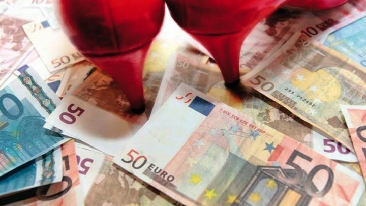 """Ρόδος: Στο εδώλιο η γυναίκα """"αράχνη"""" που άρπαξε 120.000 ευρώ από συνταξιούχο"""