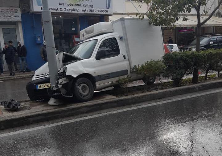 Αυτοκίνητο προσέκρουσε σε κολόνα φωτισμού στην 62 Μαρτύρων