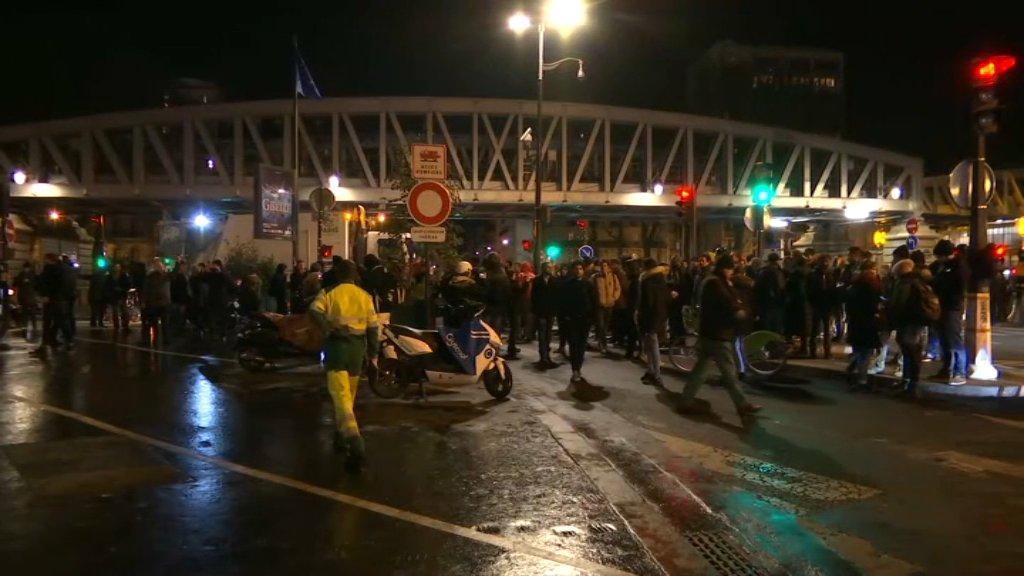 Σκηνές χάους στη Γαλλία: Διαδηλωτές επιχείρησαν να «λιντσάρουν» τον Μακρόν – Φυγαδεύτηκε από θέατρο
