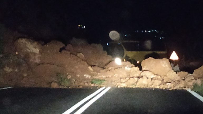 Χώματα και πέτρες έκλεισαν τον δρόμο