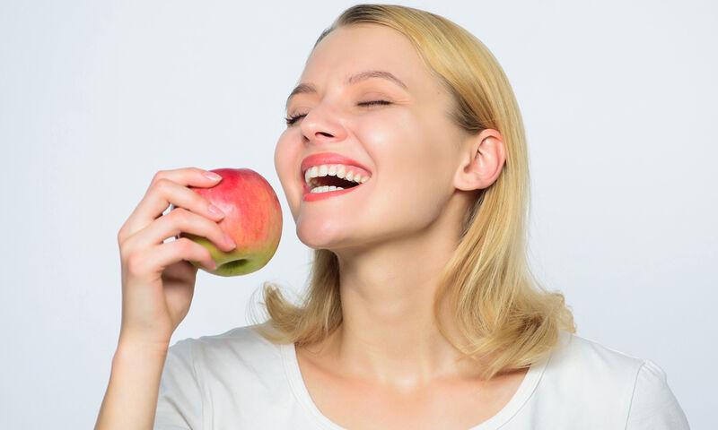 Μήλο με άδειο στομάχι: Τα οφέλη για την υγεία και τη σιλουέτα σας (βίντεο)