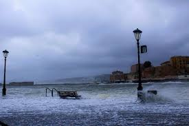 Ενετικό Λιμάνι: Κύματα «σάρωσαν» τα καταστήματα