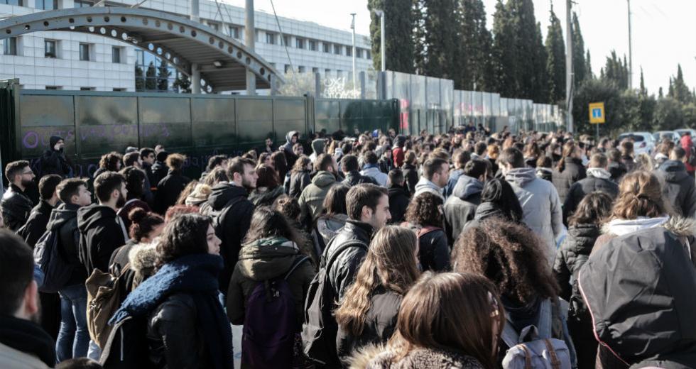 Ένταση σε διαμαρτυρία φοιτητών έξω από το υπουργείο Παιδείας