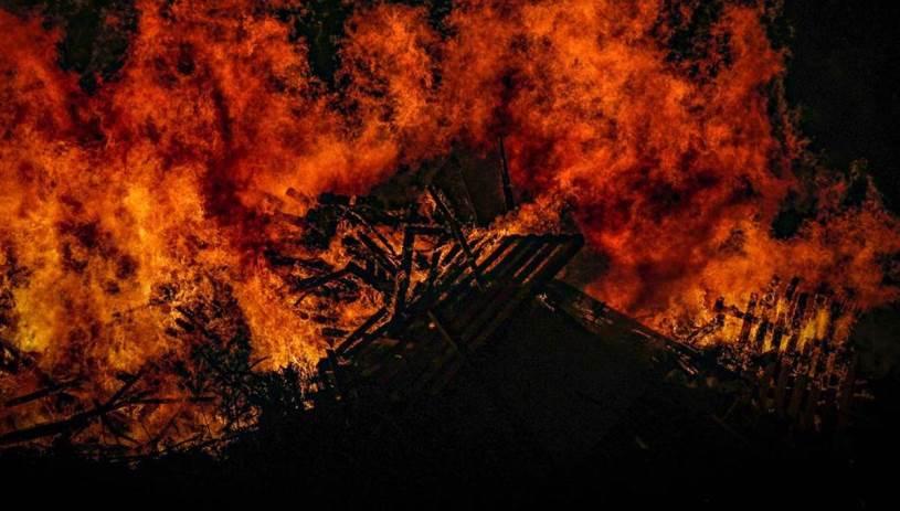 Στις φλόγες δύο σπίτια και μια πιτσαρία