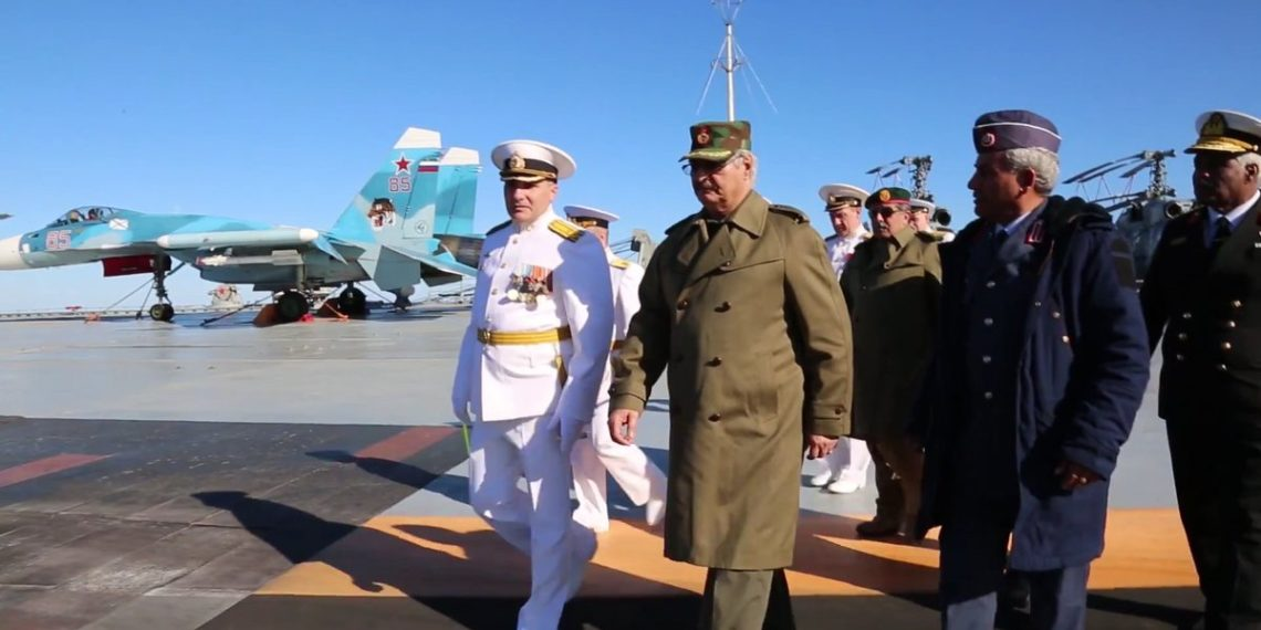 «Ναυάγιο» στη Μόσχα – Ο Χάφταρ επιστρέφει στη Λιβύη και συζητάει με τους αρχηγούς