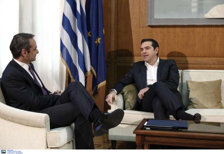 Ο Κυριάκος Μητσοτάκης ενημερώνει τους πολιτικούς αρχηγούς