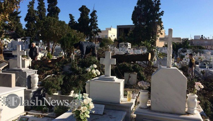 Η κατάρρευση του δέντρου προκάλεσε ζημιές σε τάφους στο νεκροταφείο στα Χανιά (φωτο)
