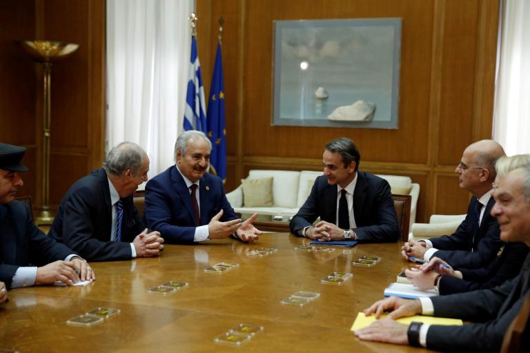 Ολοκληρώθηκε η συνάντηση Μητσοτάκη-Χαφτάρ – «Είμαστε φιλειρηνιστές» είπε ο Λίβυος στρατάρχης