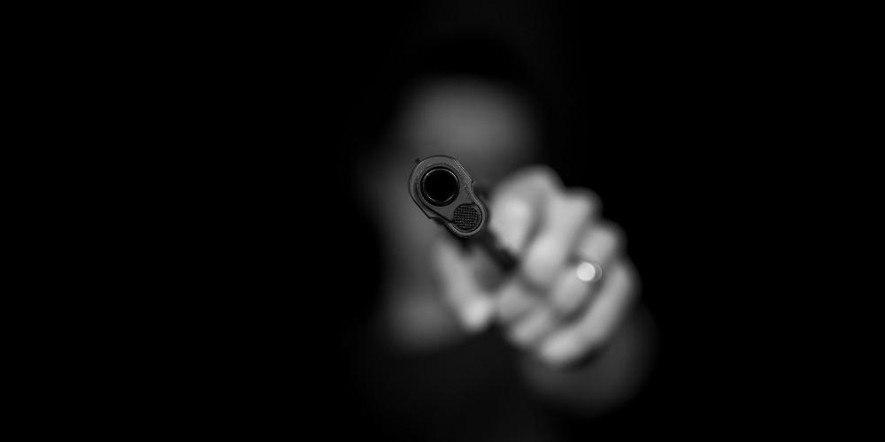 Μπέιμπι σίτερ πυροβόλησε και τραυμάτισε 10χρονο αγόρι ενώ τραβούσε… σέλφι