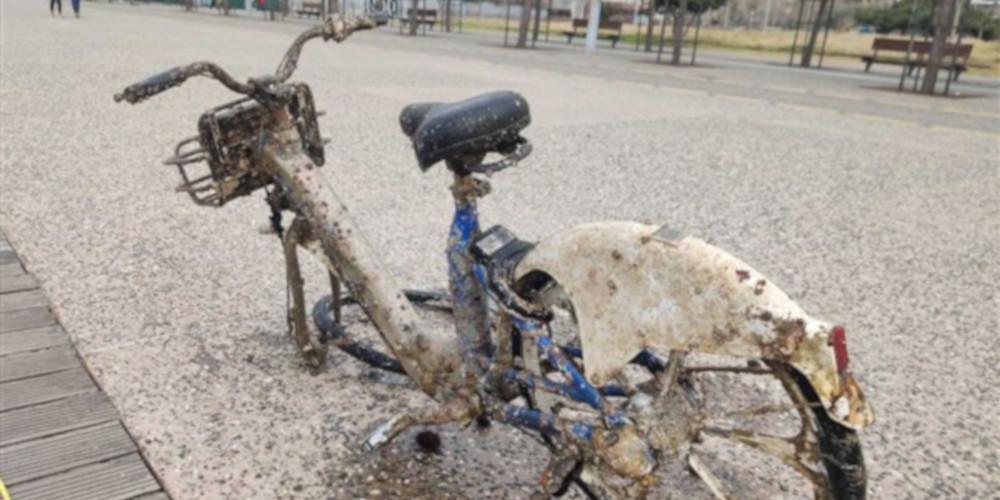 «Ψαρεύουν» πατίνια, μηχανάκια και ποδήλατα στο Θερμαϊκό! [εικόνα & βιντεο]