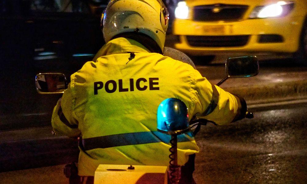 Ηλιούπολη: Επίθεση κατά αστυνομικών με πέτρες και φωτοβολίδες κοντά σε γραφεία συνδέσμου