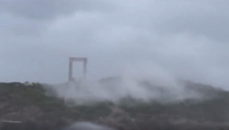 Νάξος: Αγέρωχη στα μανιασμένα κύματα όλων των αιώνων η Πορτάρα! video