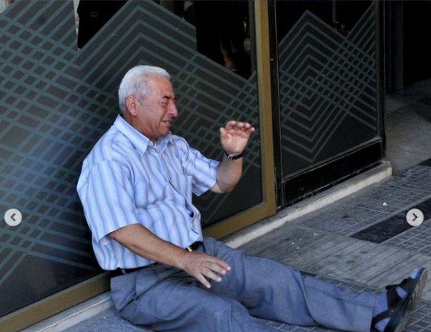 Μέσα στις 10 φωτογραφίες της δεκαετίας το γοερό κλάμα του Έλληνα συνταξιούχου έξω από τράπεζα