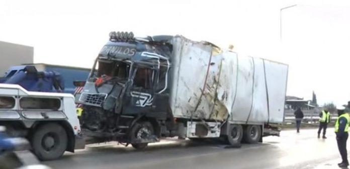 Τραγωδία με ένα νεκρό και δύο τραυματίες – Σύγκρουση νταλίκας με ΚΤΕΛ (video)