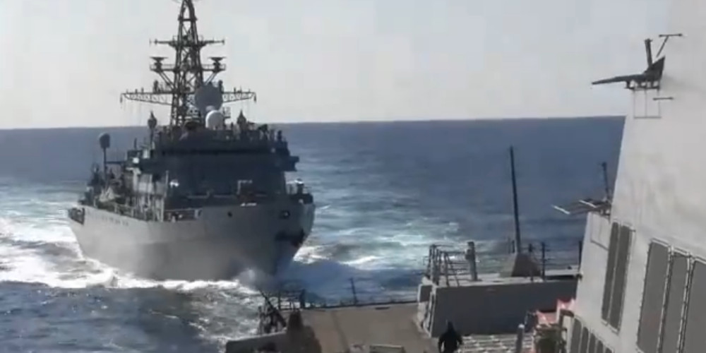 Επεισόδιο με πλοία των ΗΠΑ και της Ρωσίας: Βίντεο από την «επιθετική προσέγγιση» – Διαψεύδει η Μόσχα