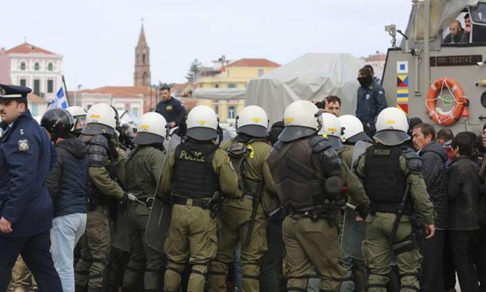 Έκρυθμη η κατάσταση σε Μυτιλήνη και Χίο – Κάτοικοι προσπαθούν να αποκλείσουν την είσοδο λιμανιών