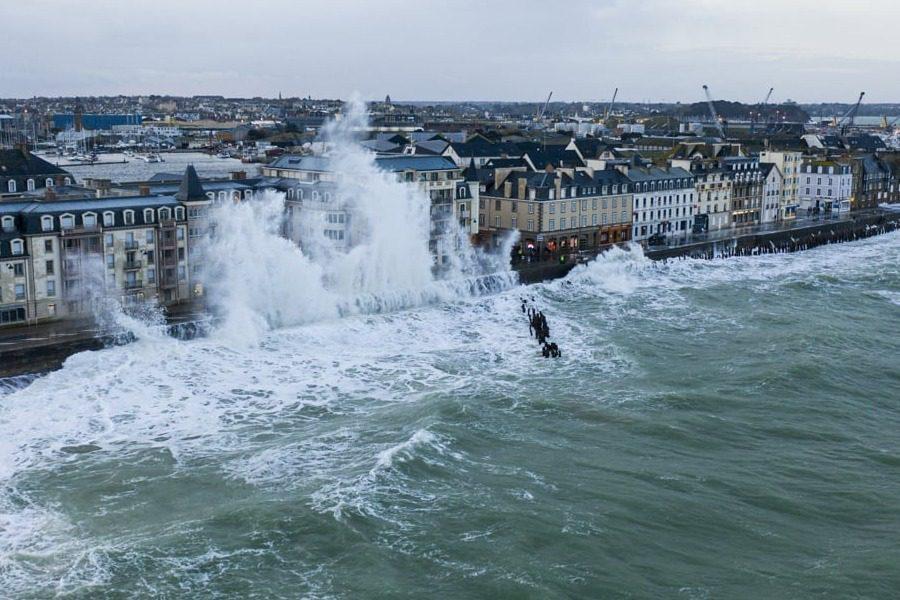 Γιγάντια κύματα ψηλότερα κι από κτήρια ‑ Η καταιγίδα Κιάρα από drone