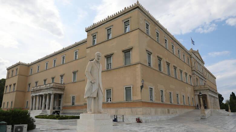 Κοροναϊός: Πληροφορίες για δύο ύποπτα κρούσματα στη Βουλή