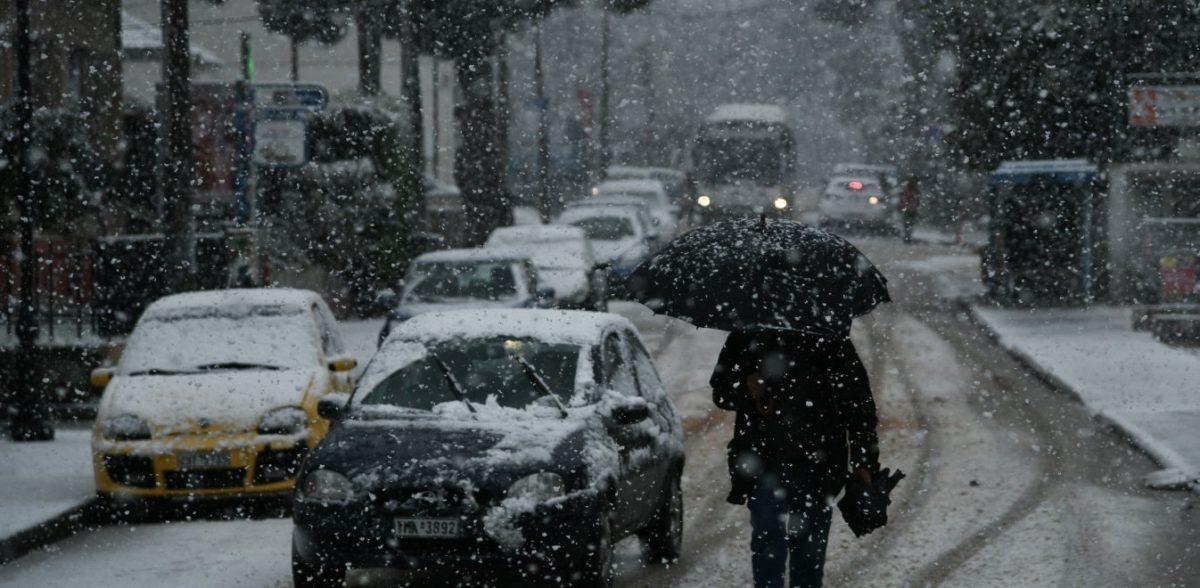 Καιρός: Ασπρίζει η Αττική – Δυναμώνει τις επόμενες ώρες ο χιονιάς – εξπρές