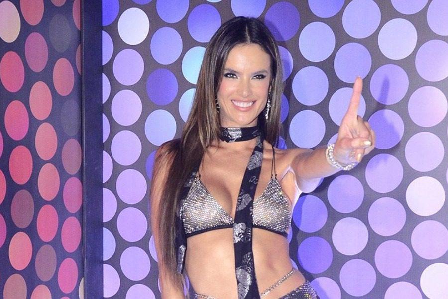 Η Αλεσάντρα Αμπρόσιο με αποκαλυπτική εμφάνιση στο καρναβάλι του Ρίο
