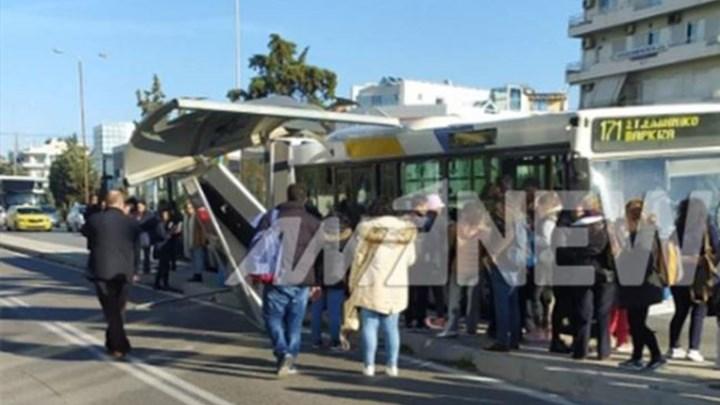 Τρόμος στη Γλυφάδα: Λεωφορείο έπεσε σε στάση – ΦΩΤΟ