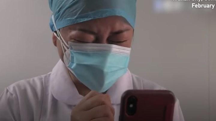 Κορονοϊός: Η συγκλονιστική στιγμή που νοσοκόμα στην Γουχάν μαθαίνει ότι πέθανε η μητέρα της – ΒΙΝΤΕΟ