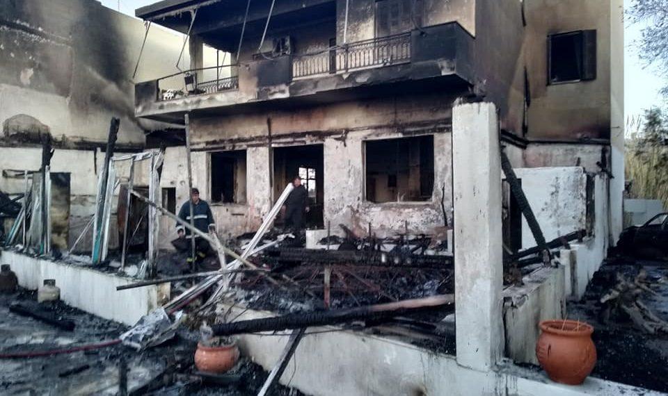 Όλα έγιναν στάχτη! – Εικόνες καταστροφής σε καφετέρια